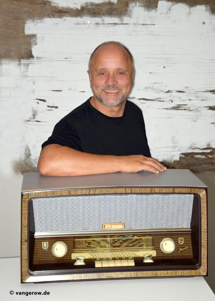 Detlef Vangerow mit einem Röhrenradio