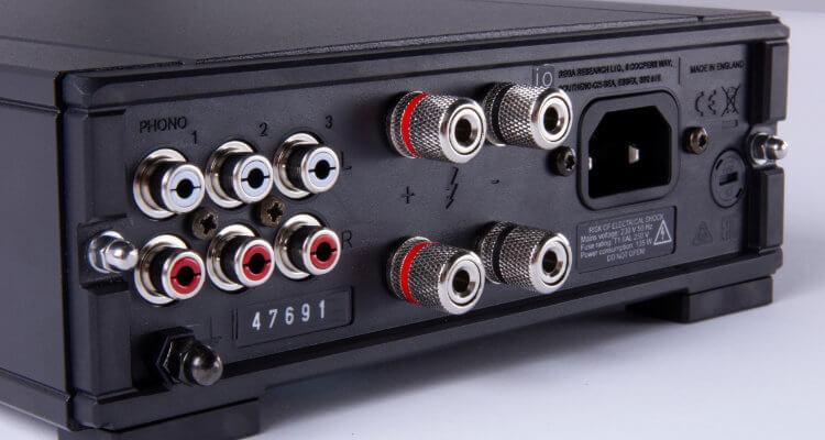 Rückseite des Rega io Verstärker Amp News Test Anschlüsse