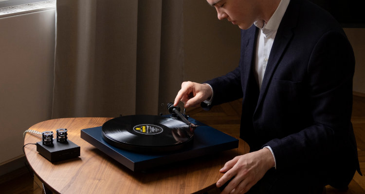 Plattenspieler Pro-Ject Debut Carbon EVO News Test Review Turntable